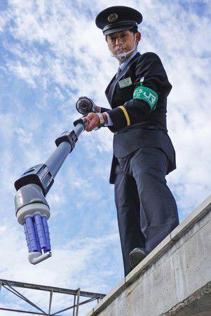 Đáp lời kêu cứu của nhà ga Nhật, Panasonic sản xuất thiết bị chuyên nhặt AirPods khỏi đường ray xe lửa - Ảnh 2.