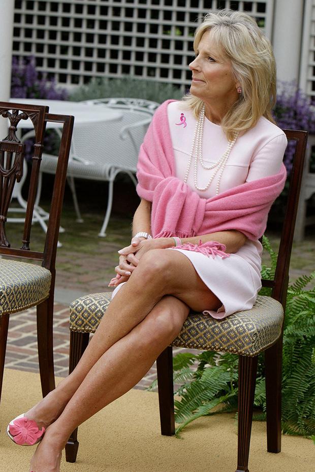 Hậu phương của ông Biden: Vị phu nhân gần 70 tuổi sắc nước hương trời với gu thời trang thanh lịch, giản dị đậm nét Hoàng gia - Ảnh 13.