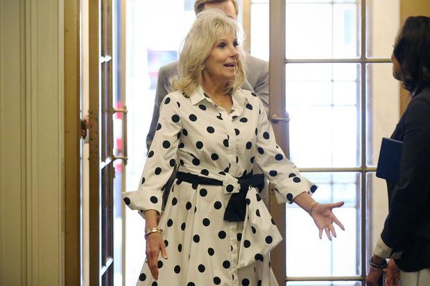 Hậu phương của ông Biden: Vị phu nhân gần 70 tuổi sắc nước hương trời với gu thời trang thanh lịch, giản dị đậm nét Hoàng gia - Ảnh 14.
