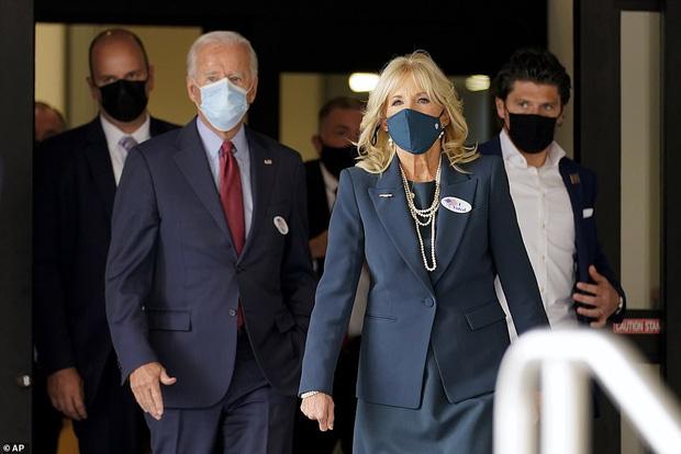 Hậu phương của ông Biden: Vị phu nhân gần 70 tuổi sắc nước hương trời với gu thời trang thanh lịch, giản dị đậm nét Hoàng gia - Ảnh 8.