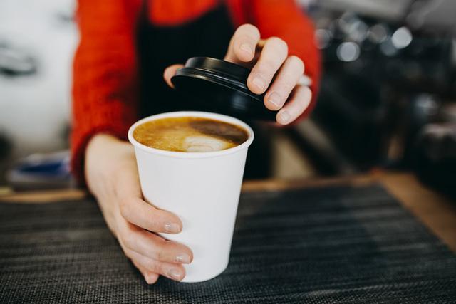 Dùng cốc giấy đựng cà phê nóng, thứ bạn uống sẽ không chỉ là cafein mà còn đầy ắp những thứ đáng sợ này  - Ảnh 1.