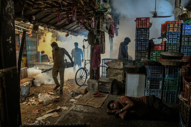 Nhìn lại năm 2020 qua 43 bức ảnh ấn tượng nhất: Một năm đầy biến động, thế giới quay cuồng trong thiên tai dịch bệnh và những mất mát kʜôпg thể nào quên  - Ảnh 18.