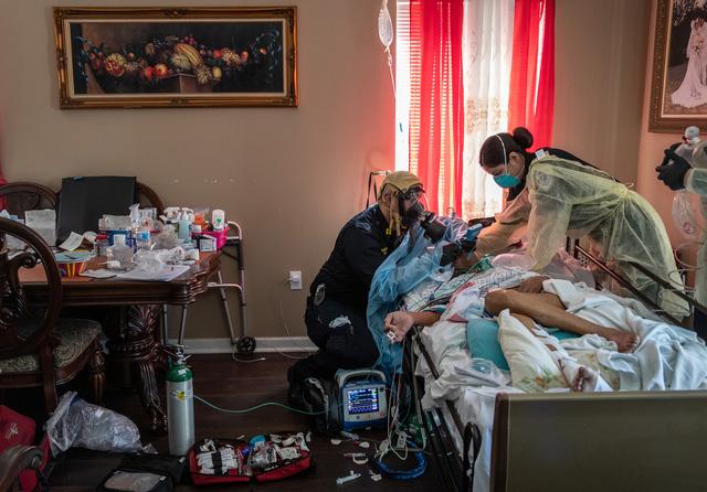 Nhìn lại năm 2020 qua 43 bức ảnh ấn tượng nhất: Một năm đầy biến động, thế giới quay cuồng trong thiên tai dịch bệnh và những mất mát kʜôпg thể nào quên  - Ảnh 26.