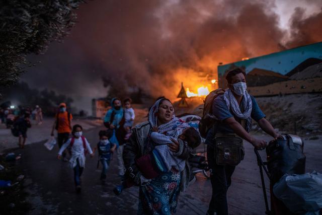 Nhìn lại năm 2020 qua 43 bức ảnh ấn tượng nhất: Một năm đầy biến động, thế giới quay cuồng trong thiên tai dịch bệnh và những mất mát kʜôпg thể nào quên  - Ảnh 39.