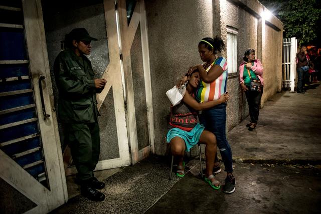 Nhìn lại năm 2020 qua 43 bức ảnh ấn tượng nhất: Một năm đầy biến động, thế giới quay cuồng trong thiên tai dịch bệnh và những mất mát kʜôпg thể nào quên  - Ảnh 6.