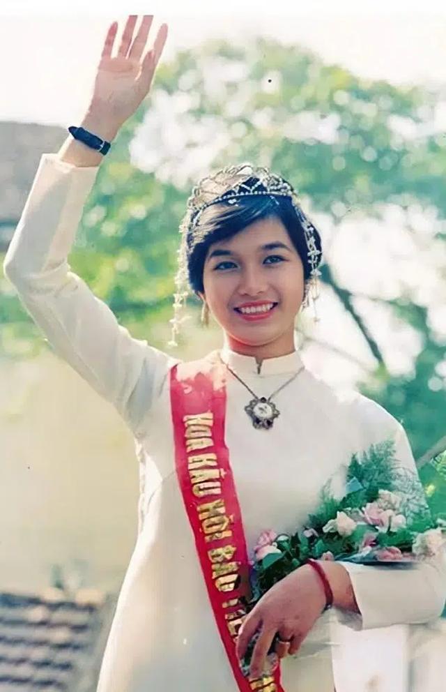 Hoa hậu Bùi Bích Phương: Ngày đăng quang được tặng chiếc xe đạp, giờ là doanh nhân giàu có, cách dạy con cực khác biệt  - Ảnh 1.