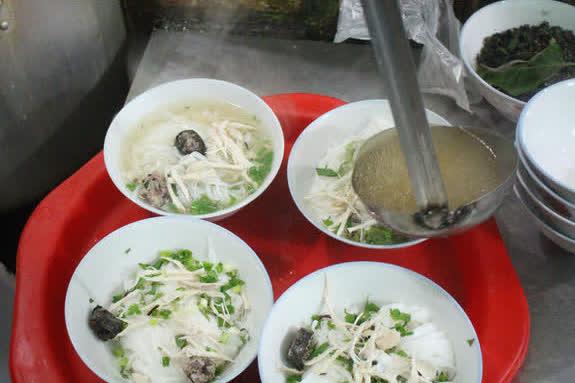 Bất ngờ với quán phở 5.000 đồng tại Nam Định: Bát đầy đặn nhưng rẻ chỉ bằng gói mỳ tôm, 15 năm không tăng giá - Ảnh 2.