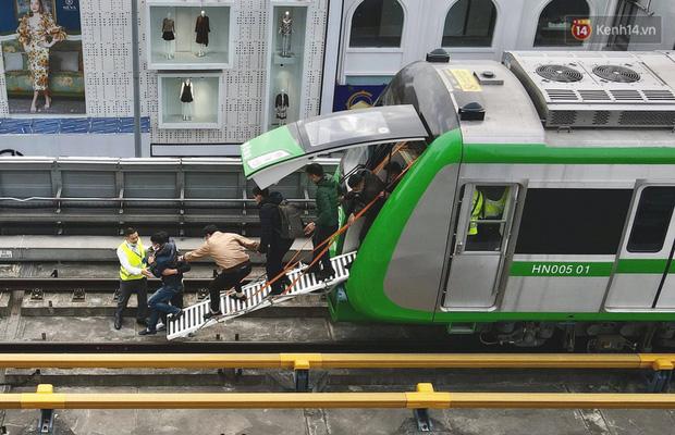 Ảnh: Diễn tập giả định cháy trên tàu và nhà ga tại dự án Cát Linh - Hà Đông - Ảnh 2.