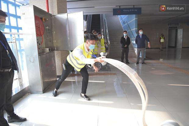 Ảnh: Diễn tập giả định cháy trên tàu và nhà ga tại dự án Cát Linh - Hà Đông - Ảnh 11.