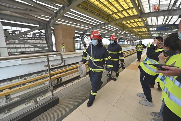 Ảnh: Diễn tập giả định cháy trên tàu và nhà ga tại dự án Cát Linh - Hà Đông - Ảnh 7.