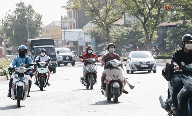 Cuộc sống bình thường mới ở Sài Gòn giữa dịch Covid-19: Tự giác ngồi giãn cách, đeo khẩu trang và sát khuẩn tay - Ảnh 1.