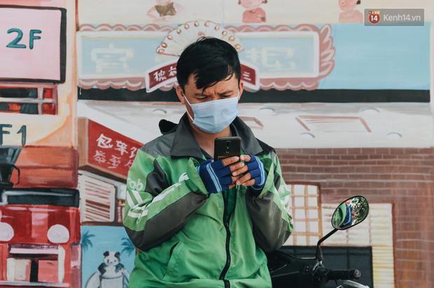 Cuộc sống bình thường mới ở Sài Gòn giữa dịch Covid-19: Tự giác ngồi giãn cách, đeo khẩu trang và sát khuẩn tay - Ảnh 5.
