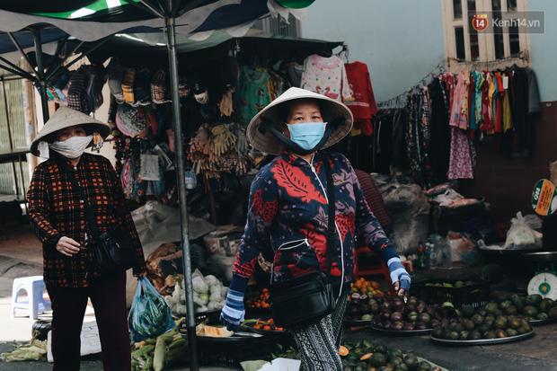 Cuộc sống bình thường mới ở Sài Gòn giữa dịch Covid-19: Tự giác ngồi giãn cách, đeo khẩu trang và sát khuẩn tay - Ảnh 6.
