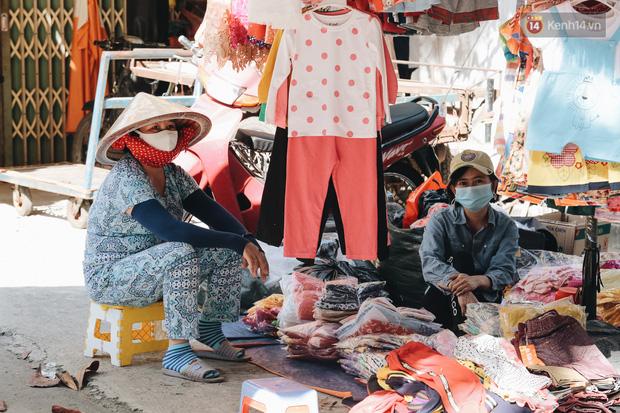 Cuộc sống bình thường mới ở Sài Gòn giữa dịch Covid-19: Tự giác ngồi giãn cách, đeo khẩu trang và sát khuẩn tay - Ảnh 7.