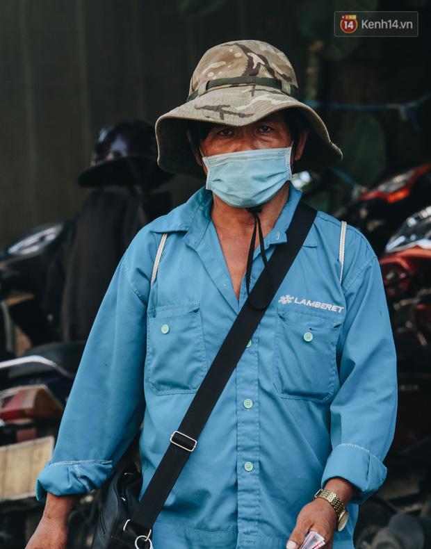 Cuộc sống bình thường mới ở Sài Gòn giữa dịch Covid-19: Tự giác ngồi giãn cách, đeo khẩu trang và sát khuẩn tay - Ảnh 8.