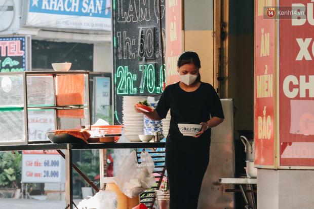 Cuộc sống bình thường mới ở Sài Gòn giữa dịch Covid-19: Tự giác ngồi giãn cách, đeo khẩu trang và sát khuẩn tay - Ảnh 10.