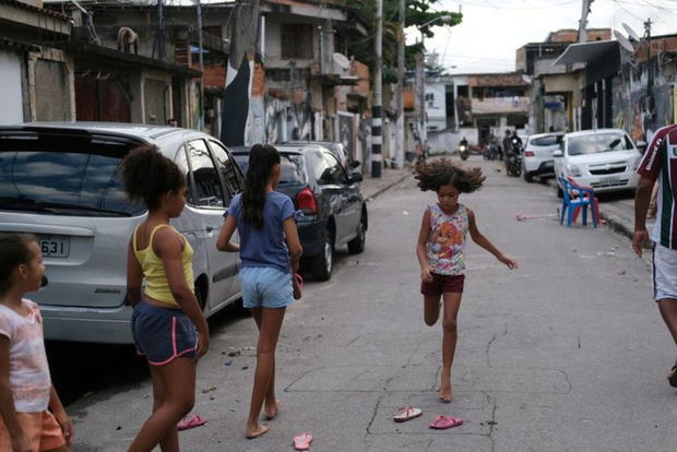 Đến cả các băng đảng xã hội đen ở Brazil cũng xách loa đi tuyên truyền người dân hạn chế ra đường giữa dịch Covid-19 - Ảnh 3.