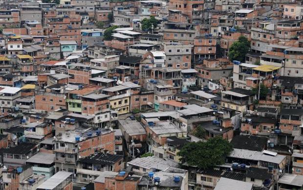 Đến cả các băng đảng xã hội đen ở Brazil cũng xách loa đi tuyên truyền người dân hạn chế ra đường giữa dịch Covid-19 - Ảnh 1.