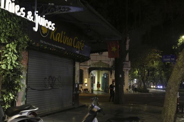 Ảnh: Hàng loạt quán cà phê ngừng hoạt động sau lệnh đóng cửa của Chủ tịch thành phố Hà Nội - Ảnh 2.