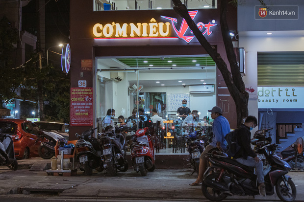 Quán xá Sài Gòn sau khi có lệnh tạm dừng hoạt động để chống dịch Covid-19: Nơi đóng cửa hàng loạt, chỗ lại tấp nập lạ thường - Ảnh 4.