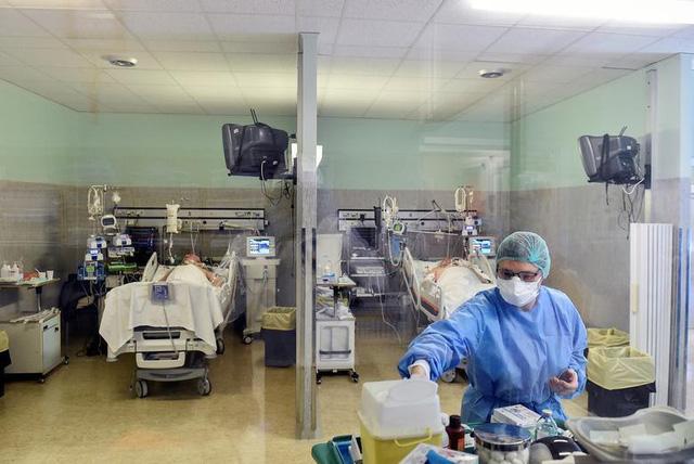 Đại dịch Covid-19 quật ngã hàng nghìn nhân viên y tế khắp châu Âu - Ảnh 2.