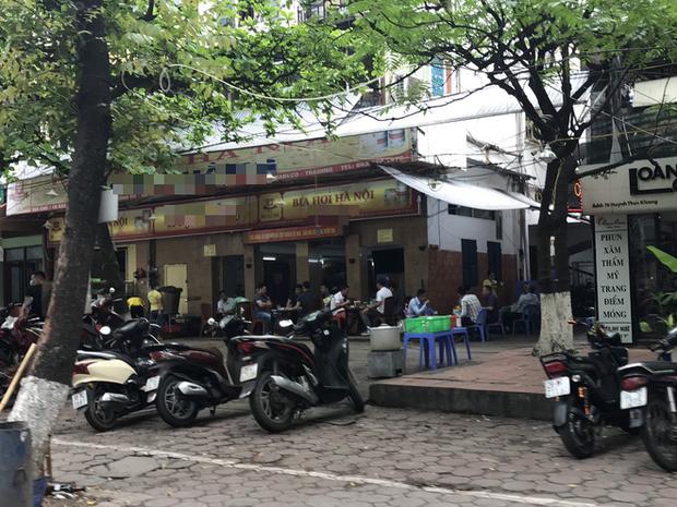 Hà Nội: Hàng loạt quán cafe, quán nhậu vẫn tấp nập mở cửa đón khách bất chấp lệnh đóng cửa để phòng chống COVID-19 - Ảnh 2.