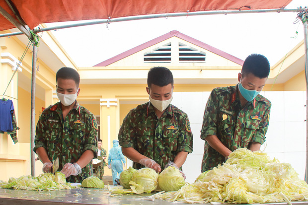 Ảnh: Các chiến sỹ Trung đoàn Pháo binh 58 tất bật chuẩn bị bữa ăn cho 300 công dân trong khu cách ly quân đội - Ảnh 3.