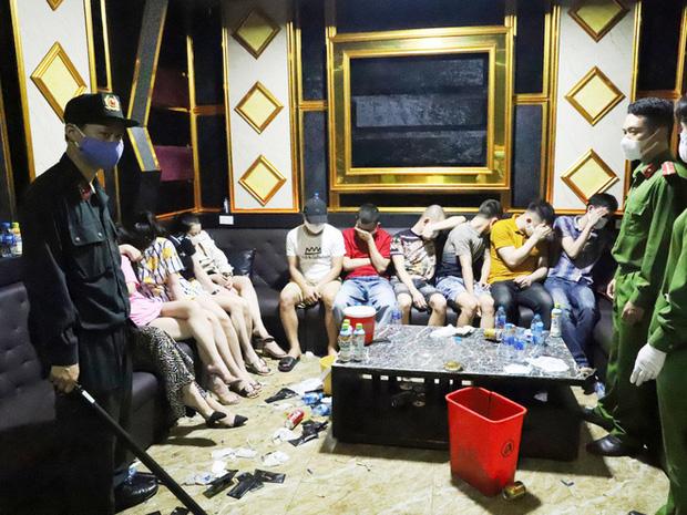 Vụ 76 nam nữ thanh niên thác loạn trong quán karaoke: Trèo lên cây trốn nhiều giờ vẫn bị bắt và đưa đi cách ly - Ảnh 3.