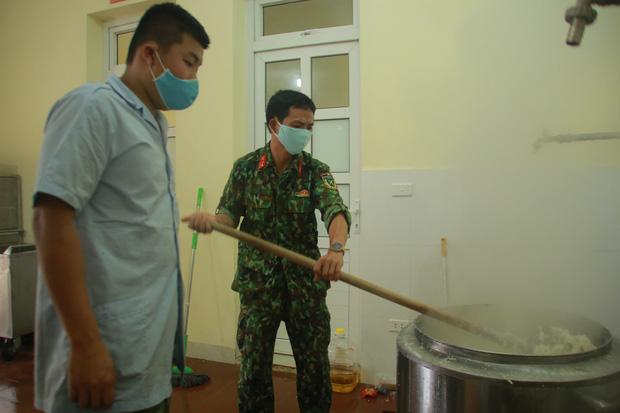 Ảnh: Các chiến sỹ Trung đoàn Pháo binh 58 tất bật chuẩn bị bữa ăn cho 300 công dân trong khu cách ly quân đội - Ảnh 6.