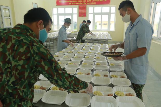 Ảnh: Các chiến sỹ Trung đoàn Pháo binh 58 tất bật chuẩn bị bữa ăn cho 300 công dân trong khu cách ly quân đội - Ảnh 7.