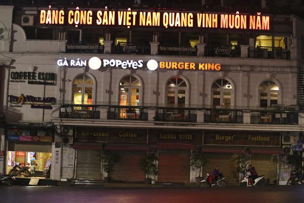 Ảnh: Hàng loạt quán cà phê ngừng hoạt động sau lệnh đóng cửa của Chủ tịch thành phố Hà Nội - Ảnh 8.