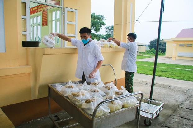 Ảnh: Các chiến sỹ Trung đoàn Pháo binh 58 tất bật chuẩn bị bữa ăn cho 300 công dân trong khu cách ly quân đội - Ảnh 9.