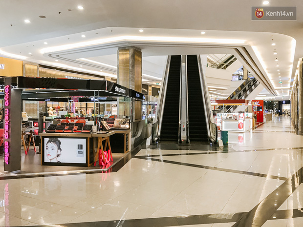 Cảnh tượng vắng chưa từng thấy tại loạt trung tâm thương mại đình đám nhất Sài Gòn, số người ra vào chỉ đếm trên đầu ngón tay - Ảnh 4.