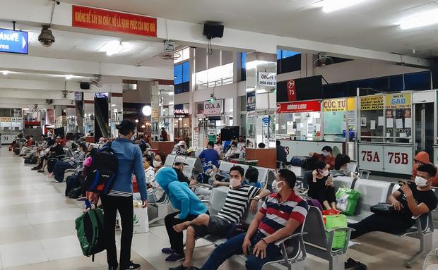 Ảnh: Người dân ùn ùn đổ ra bến xe Miền Đông, rời Sài Gòn về quê trước giờ áp dụng biện pháp hạn chế di chuyển để trách dịch - Ảnh 1.