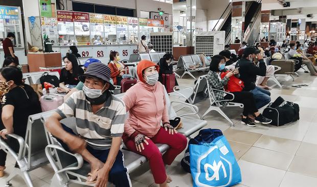 Ảnh: Người dân ùn ùn đổ ra bến xe Miền Đông, rời Sài Gòn về quê trước giờ áp dụng biện pháp hạn chế di chuyển để trách dịch - Ảnh 2.