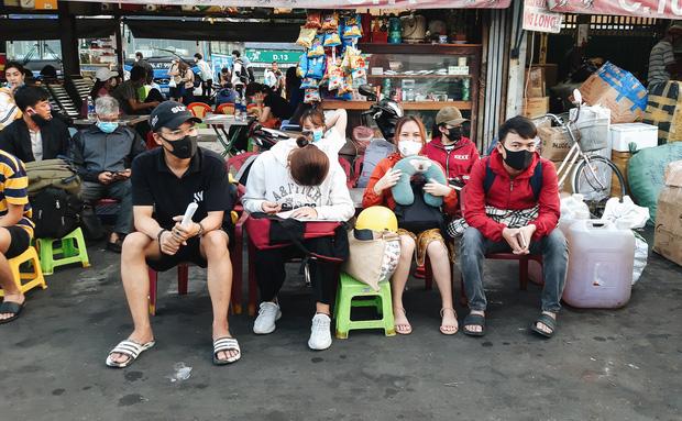 Ảnh: Người dân ùn ùn đổ ra bến xe Miền Đông, rời Sài Gòn về quê trước giờ áp dụng biện pháp hạn chế di chuyển để trách dịch - Ảnh 11.