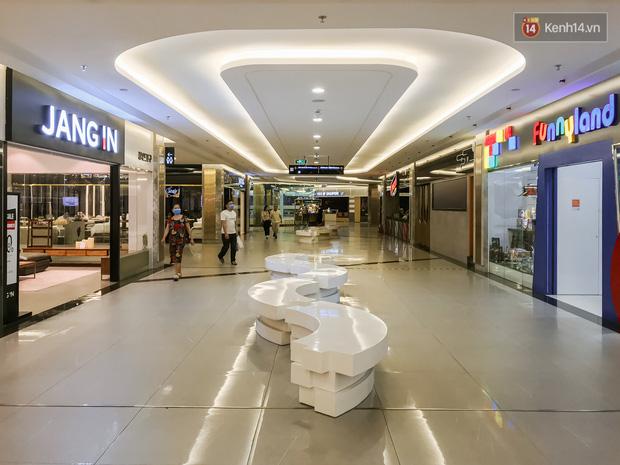 Cảnh tượng vắng chưa từng thấy tại loạt trung tâm thương mại đình đám nhất Sài Gòn, số người ra vào chỉ đếm trên đầu ngón tay - Ảnh 20.