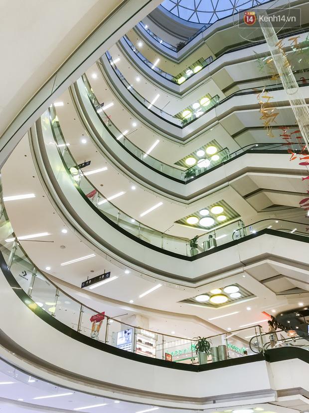 Cảnh tượng vắng chưa từng thấy tại loạt trung tâm thương mại đình đám nhất Sài Gòn, số người ra vào chỉ đếm trên đầu ngón tay - Ảnh 25.