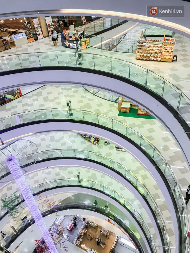 Cảnh tượng vắng chưa từng thấy tại loạt trung tâm thương mại đình đám nhất Sài Gòn, số người ra vào chỉ đếm trên đầu ngón tay - Ảnh 29.