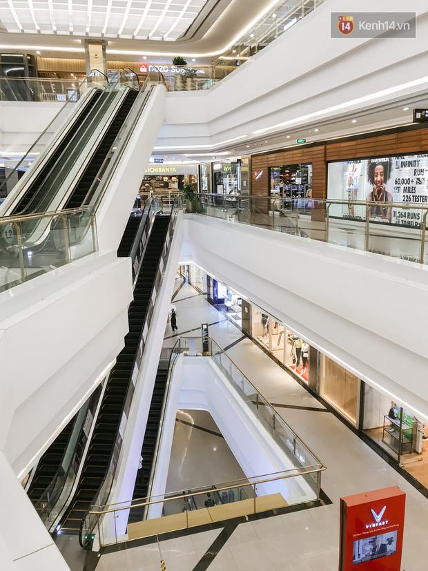 Cảnh tượng vắng chưa từng thấy tại loạt trung tâm thương mại đình đám nhất Sài Gòn, số người ra vào chỉ đếm trên đầu ngón tay - Ảnh 5.