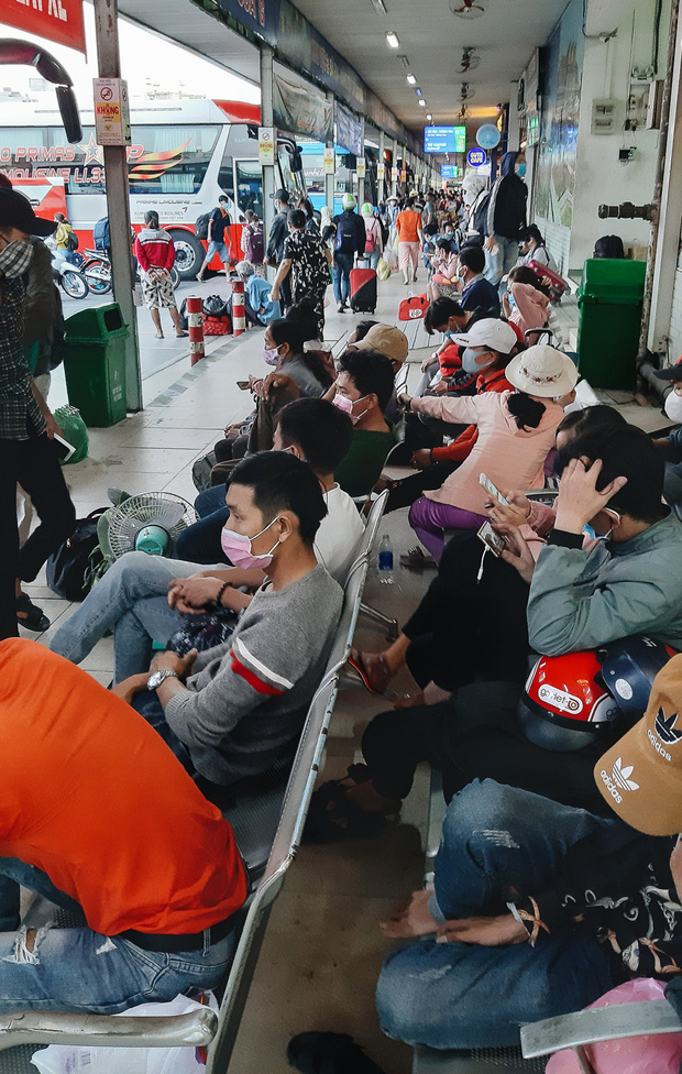 Ảnh: Người dân ùn ùn đổ ra bến xe Miền Đông, rời Sài Gòn về quê trước giờ áp dụng biện pháp hạn chế di chuyển để trách dịch - Ảnh 3.