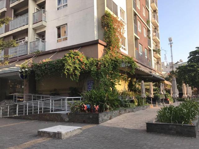 """Nhiều hàng quán ở Sài Gòn treo biển """"phục vụ tối đa 29 người"""" để được tiếp tục được hoạt động trước quy định mới - Ảnh 5."""