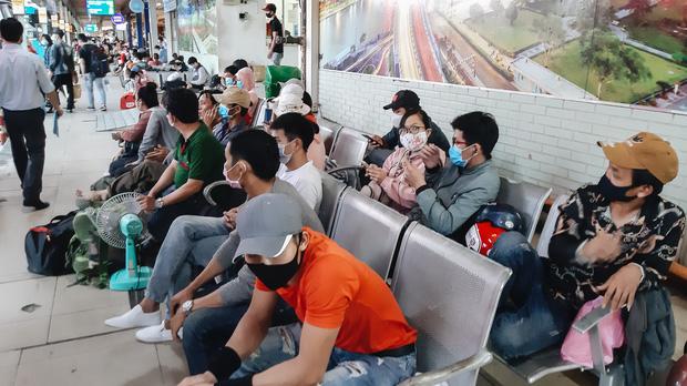 Ảnh: Người dân ùn ùn đổ ra bến xe Miền Đông, rời Sài Gòn về quê trước giờ áp dụng biện pháp hạn chế di chuyển để trách dịch - Ảnh 5.
