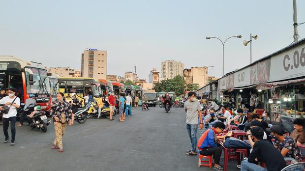Ảnh: Người dân ùn ùn đổ ra bến xe Miền Đông, rời Sài Gòn về quê trước giờ áp dụng biện pháp hạn chế di chuyển để trách dịch - Ảnh 9.