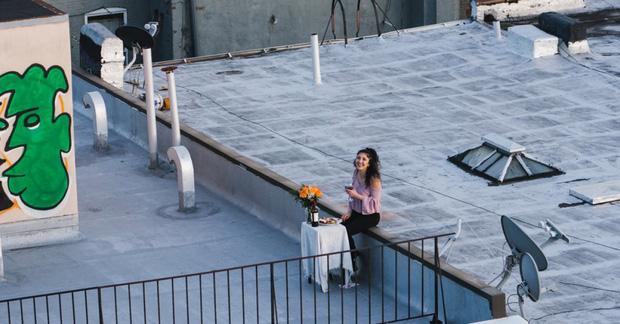 Chuyện tình ban công mùa Covid-19: Dùng drone làm quen hàng xóm thành công, thanh niên có sáng kiến không ngờ tới để được gặp nàng - Ảnh 1.