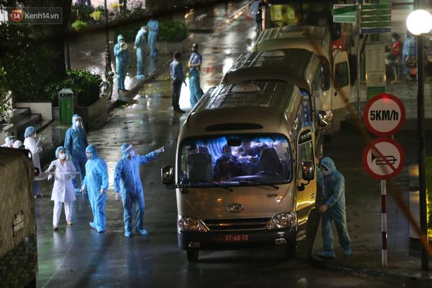 Ảnh: Đoàn xe vận chuyển 600 người nhà bệnh nhân Bạch Mai đến khu cách ly tập trung - Ảnh 1.