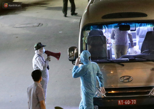 Ảnh: Đoàn xe vận chuyển 600 người nhà bệnh nhân Bạch Mai đến khu cách ly tập trung - Ảnh 2.
