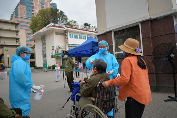 Thủ tướng giao Bộ Y tế, Bộ Công an phối hợp xử lý nghiêm bệnh nhân đưa cơm trong BV Bạch Mai vì khai báo vòng vo, thiếu trung thực - Ảnh 1.