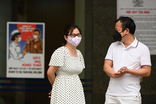 [ẢNH] Phun khử trùng toà nhà 34T Trung Hoà nơi nữ phóng viên dương tính Covid-19 sinh sống  - Ảnh 12.