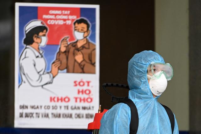 [ẢNH] Phun khử trùng toà nhà 34T Trung Hoà nơi nữ phóng viên dương tính Covid-19 sinh sống  - Ảnh 13.